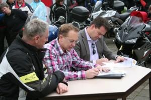 Ondertekening van de overdrachtsdocumenten.